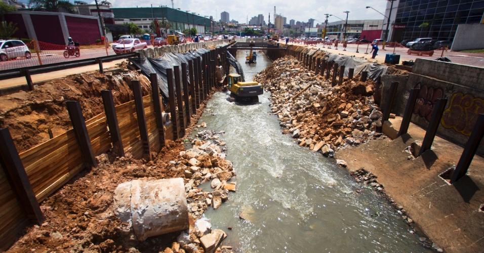 Obras de canalização do córrego Ipiranga, na avenida Ricardo Jafet, na zona sul de São Paulo