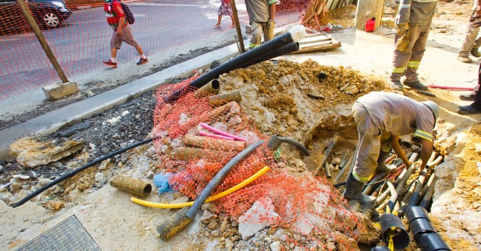 Obras interditam a calçada da avenida Brigadeiro Faria Lima, na esquina com a avenida Rebouças, na zona oeste da capital paulista