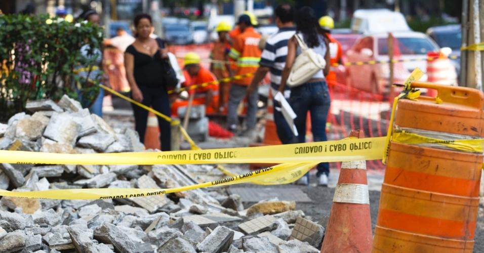 Obras interditam parte da calçada da avenida Brigadeiro Faria Lima, em Pinheiros, na zona oeste da capital paulista