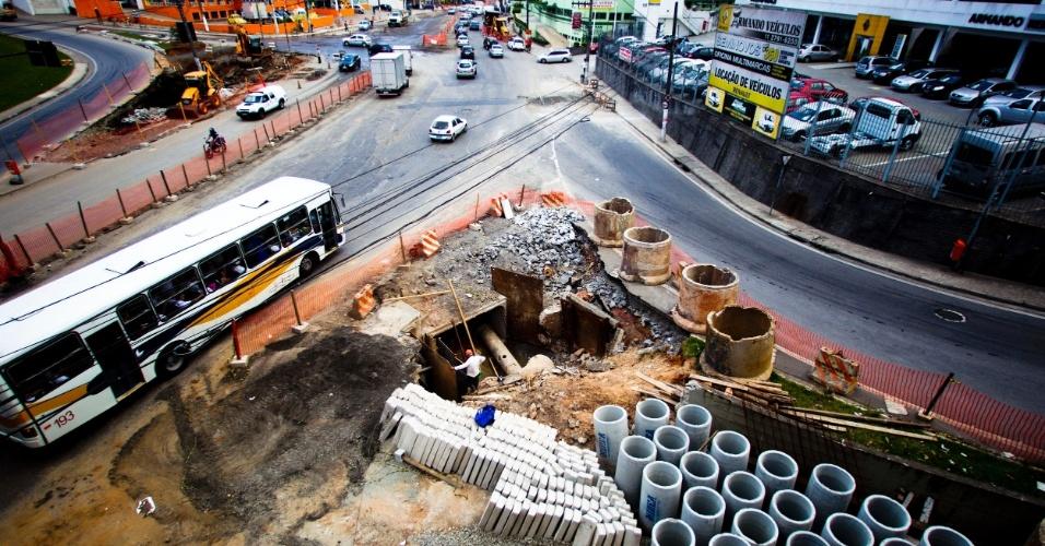 Obras na av. João Firmino, no Bairro Assunção, próximo ao km 21 da Via Anchieta