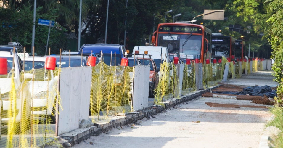 Obras no corredor de ônibus da avenida Rebouças interditam uma faixa da via, na zona oeste da capital paulista