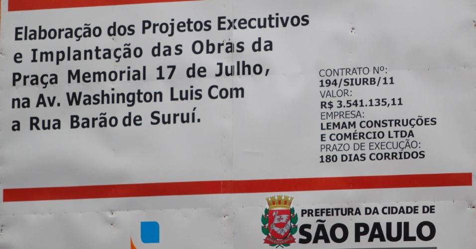 Placa indica o valor da obra para construção da praça em homenagem às vitimas do acidente da TAM em 2007