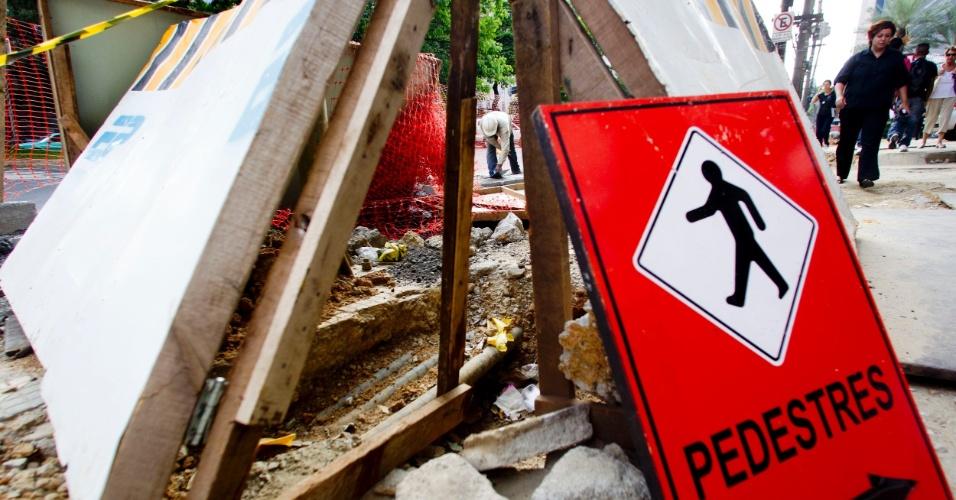 Placas sinalizam desvio para pedestres na avenida Brigadeiro Faria Lima, em Pinheiros, na zona oeste da capital paulista