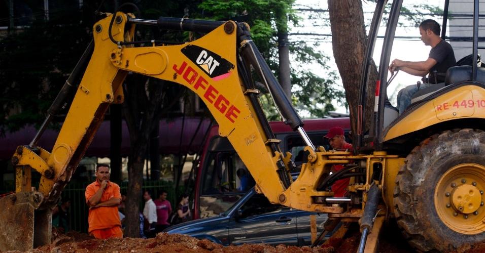 Trator passa em obra no canteiro central  da avenida Brigadeiro Faria Lima, na esquina com a avenida Rebouças, na zona oeste da capital paulista
