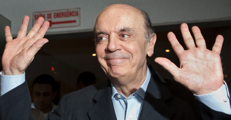 28.fev.2012 - O ex-governador de São Paulo José Serra chega ao diretório municipal do PSDB para entregar carta com pedido para concorrer nas prévias do partido