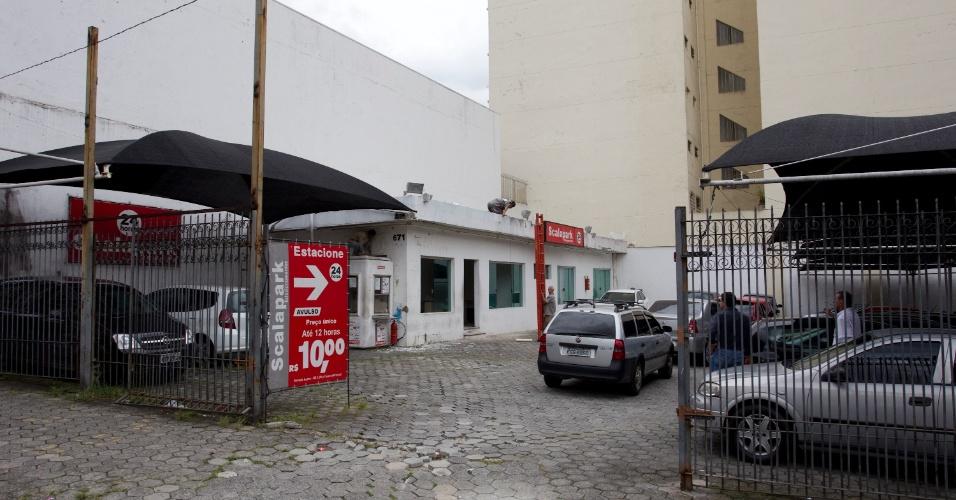 Estacionamento que será usado nas prévias tucanas como local de votação; José Aníbal, Ricardo Tripoli, dois candidatos, o ex-presidente Fernando Henrique Cardoso e Alberto Goldman, ex-governador de São Paulo, votam nesse local