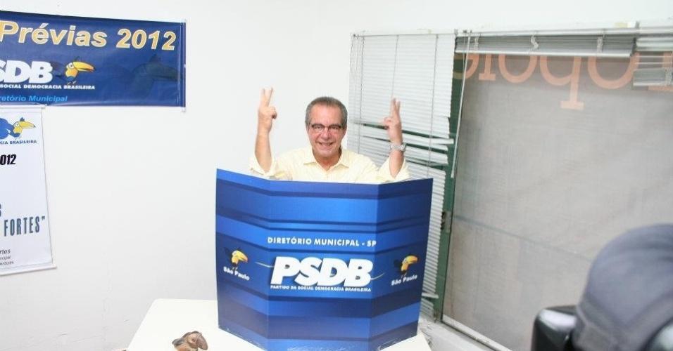 José Aníbal registra seu voto nas prévias do PSDB à Prefeitura de São Paulo neste domingo. Ele disputa o processo com José Serra e Ricardo Tripoli