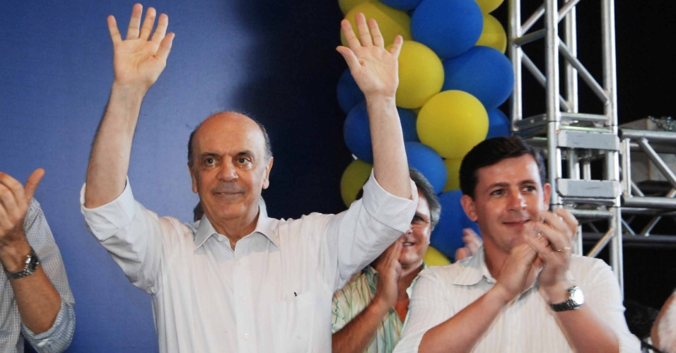 José Serra comemorou a vitória nas prévias do PSDB à Prefeitura da capital paulista ao lado de militantes do partido na noite deste domingo (25), na Câmara de São Paulo