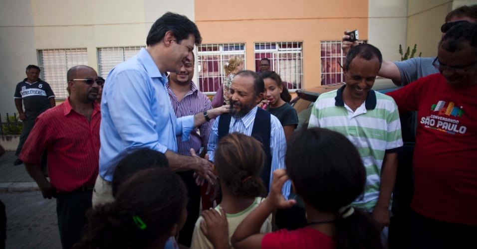 Pré-candidato do PT Fernando Haddad conversou com moradores da favela no Jardim Nazaré, no Itaim Paulista, durante campanha eleitoral à Prefeitura de São Paulo