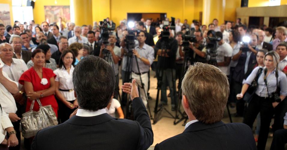 26.mar.2012 - Ao lado do governador Beto Richa (PSDB), o prefeito de Curitiba, Luciano Ducci (PSB), participa de lançamento de projeto na capital do Estado