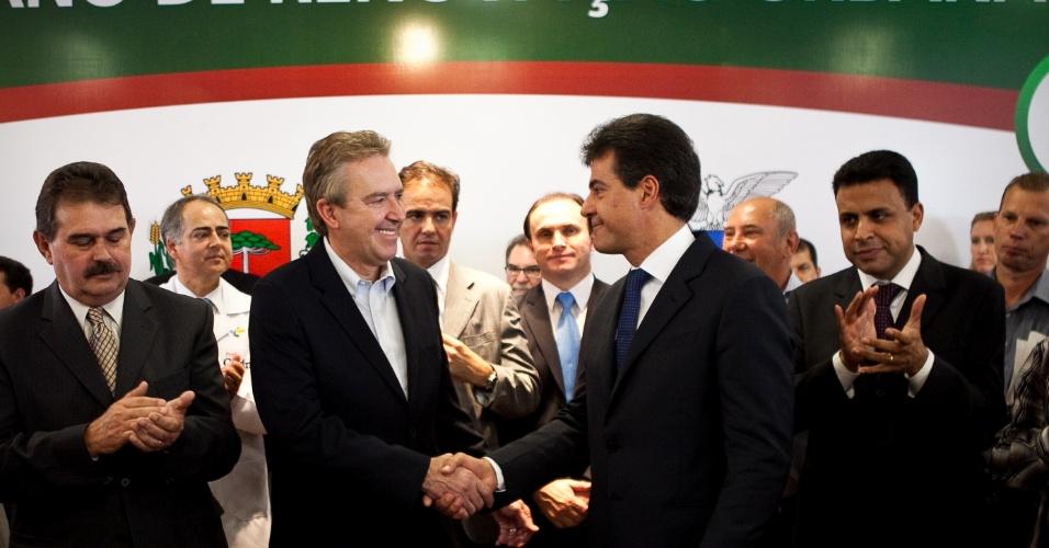 26.mar.2012 - Luciano Ducci e Beto Richa assinam autorização para licitação de obras do Plano de Renovação Urbana de Curitiba