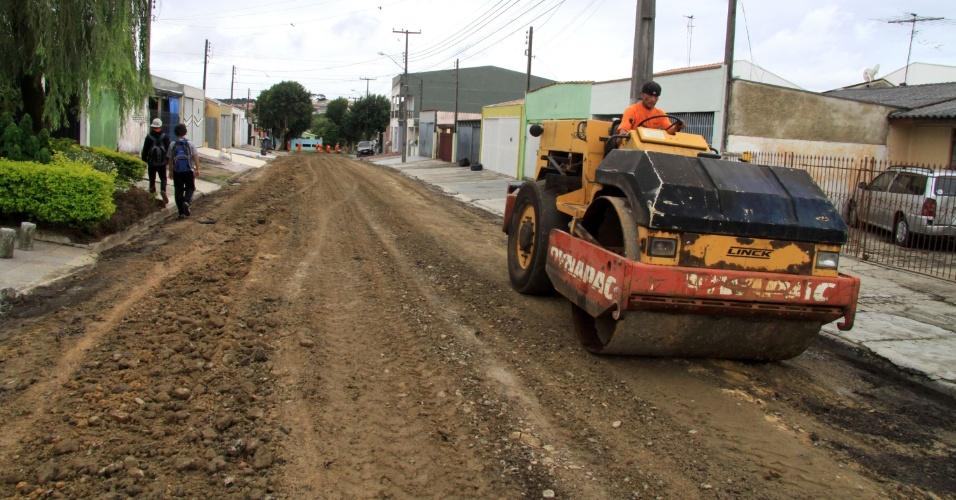 27.mar.2012 - Obras de pavimentação em rua do conjunto Eucaliptos, no Alto Boqueirão, em Curitiba