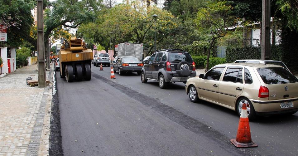 27.mar.2012 - obras de pavimentação na rua Ubaldino do Amaral, no bairro Cristo Rei, em Curitiba