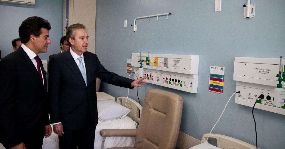 29.mar.2012 - O prefeito Luciano Ducci (PSB) (à esq.) e o governador do Paraná, Beto Richa (PSDB), inauguram hospital do Idoso Zilda Arns no Pinheirinho, em Curitiba