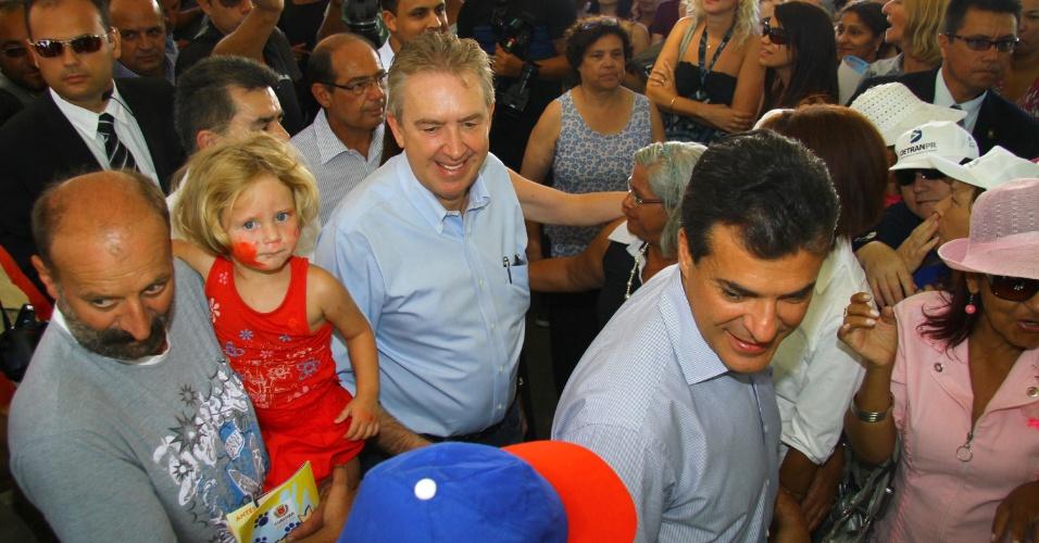 8.mar.2012 - Luciano Ducci  (PSB) e Beto Richa (PSDB) cumprimentam eleitores após inaugurar unidade de segurança, no bairro Uberaba, em Curitiba