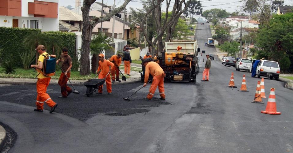 A Prefeitura de Curitiba lançou no mês de maço quatro editais de licitações para asfaltar cerca de18km de ruas da cidade