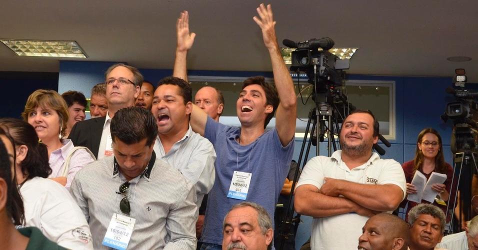 Manifestantes durante sessão da Câmara de Campinas que escolhe o prefeito que fica no cargo até dezembro deste ano