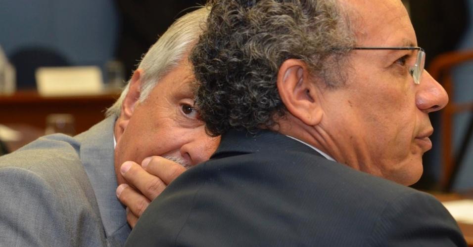 O vereador Sebastião dos Santos (à esq.), do PMDB, acompanha a votação para a escolha do prefeito que irá administrar a cidade até dezembro deste ano