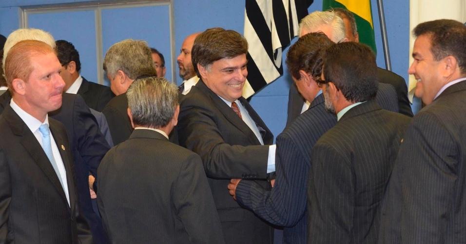 Pedro Serafim (centro), do PDT, cumprimenta vereadores nesta terça-feira (10), após ser eleito prefeito de Campinas