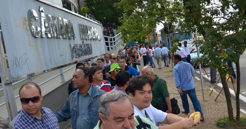 Pessoas compareceram à Câmara Municipal de Campinas para protestar durante a eleição indireta realizada para escolher o prefeito que irá administrar a cidade até dezembro deste ano