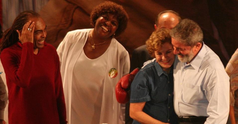 candidato à reeleição Luiz Inácio Lula da Silva abraça a primeira-dama Marisa Letícia ao lado de GIlberto Gil e Benedita da Silva, durante comício, em que recebeu apoio de esportistas, intelectuais e artistas no Rio de Janeiro