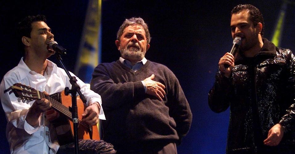 candidato do PT, Luiz Inácio Lula da Silva, entre a dupla Zezé di Camargo & Luciano, durante showmício da campanha para eleição presidencial no Morumbi Expo Center, em Curitiba (PR)