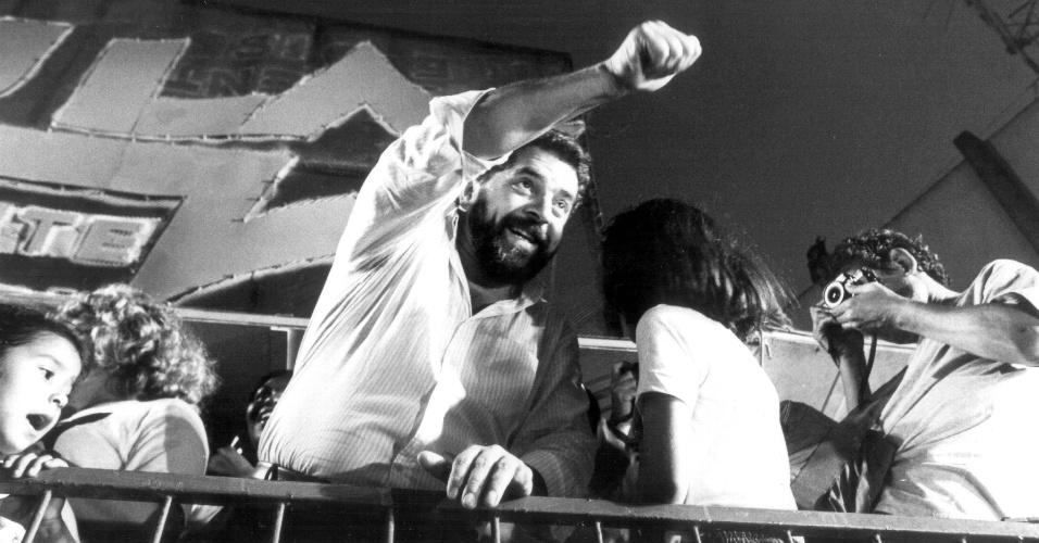 candidato Luiz Inácio Lula da Silva (PT) acena para simpatizante durante comício da campanha presidencial em Nova Iguaçu
