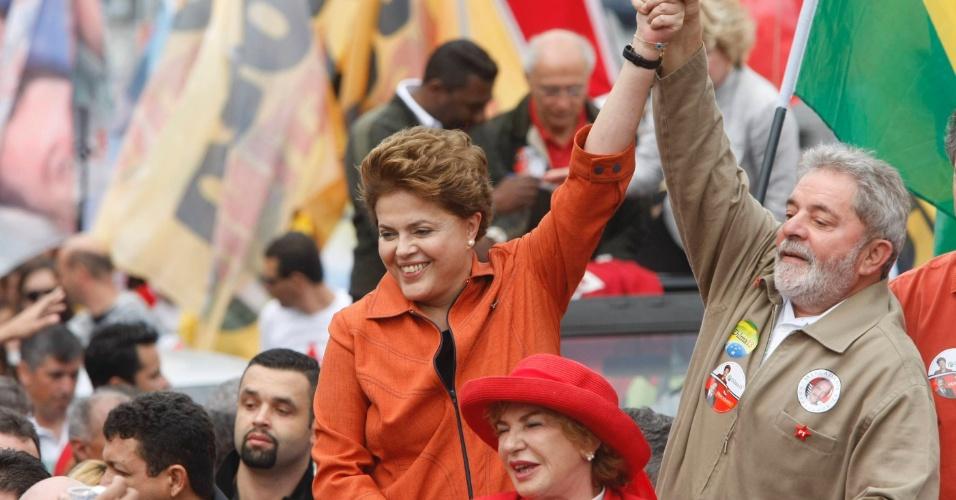 Dilma Rousseff, candidata pelo PT à Presidência da República, acena para eleitores, ao lado do presidente Luiz Inácio Lula da Silva