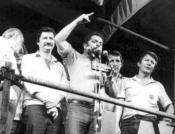 Luiz Inácio Lula da Silva discursa em comício pró-diretas na praça da Sé em São Paulo