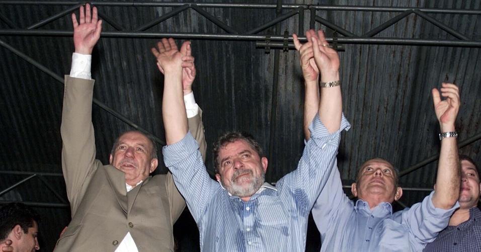 Luiz Inácio Lula da Silva (PT) com seu candidato a vice, José Alencar (PL) e Max Mauro, candidato ao governo do Espírito Santo pelo PT, durante comício da campanha presidencial em Vila Velha