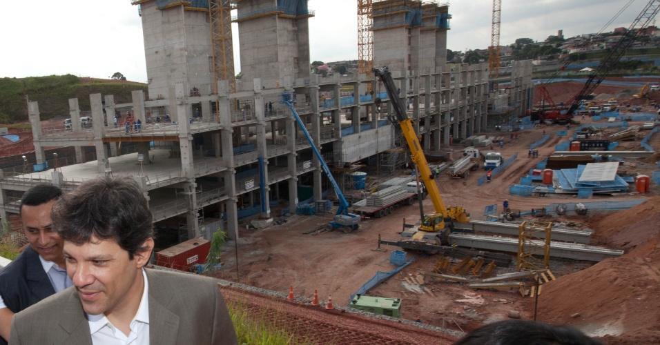 Pré-candidato do PT, Fernando Haddad, visita obras do futuro estádio do Corinthians, o Itaquerão, em Itaquera, zona leste da capital