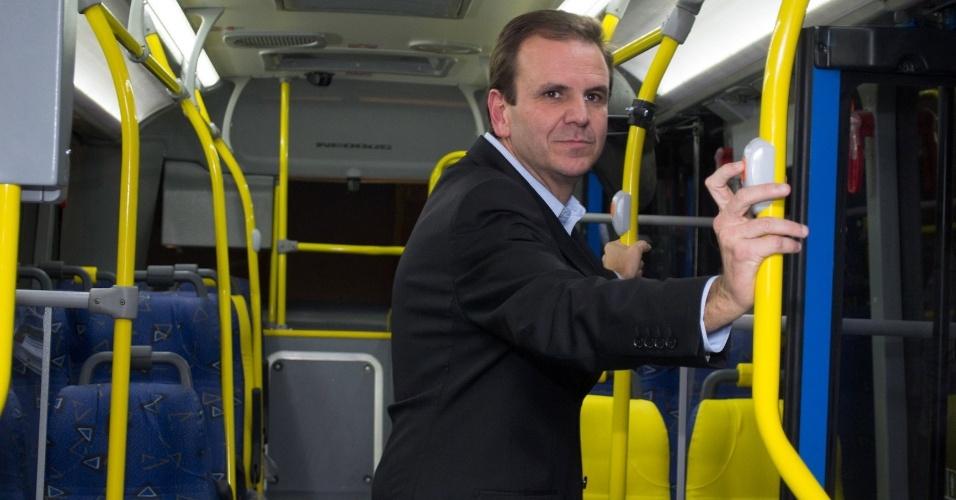 Plano estratégico do Rio - Novas metas para os próximos quatro anos foram traçadas em conjunto com a sociedade e com o Conselho da Cidade, formado por 150 cidadãos formadores de opinião. Na foto, o prefeito Eduardo Paes conhecendo o ônibus que será utilizado na Transoeste