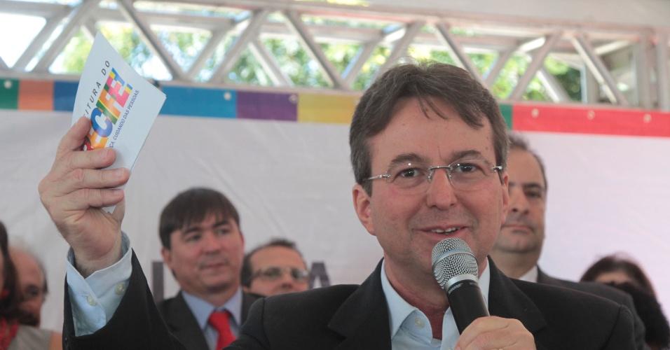 Prefeito de Recife João da Costa discursa em evento da prefeitura, abr; 2014, sobre uso de arma na Guarda Municipal
