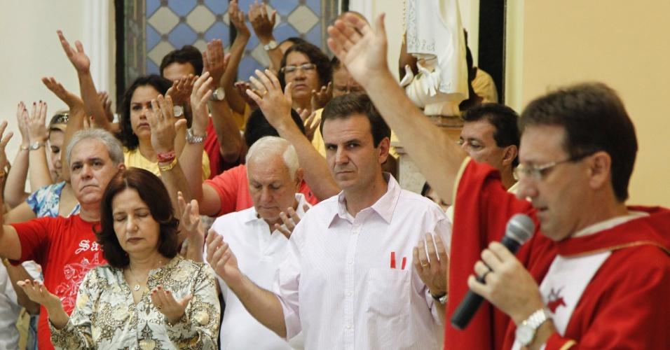 Prefeito do Rio de Janeiro, Eduardo Paes (PMDB), participa de missa na Igreja de Quintino, na zona norte da capital