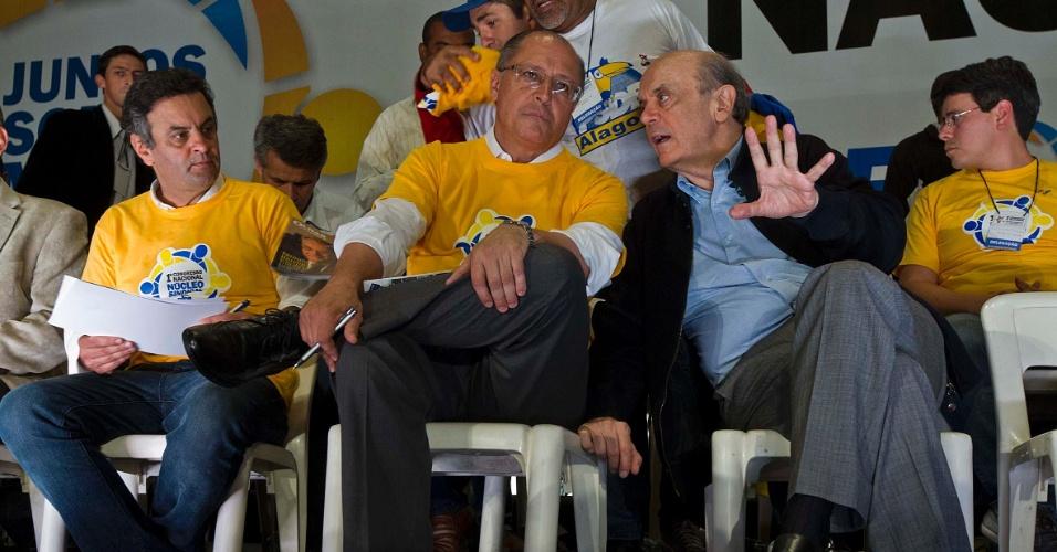 o senador mineiro Aécio Neves (esq.), o governador de São Paulo Geraldo Alckmin (centro) e José Serra (dir.), pré-candidato à Prefeitura de São Paulo, participam de congresso sindical do PSDB em São Paulo