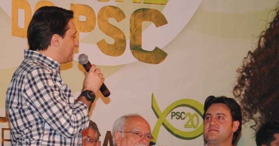 12.abr.2012 - O deputado federal Fernando Giacobo (PR) declara o apoio oficial de seu partido à pré-candidatura de Ratinho Junior à Prefeitura de Curitiba.