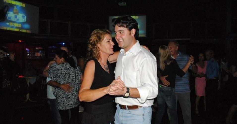 30.abr.2012 - O pré-candidato à prefeitura de Curitiba, Ratinho Junior (PSC), dança durante evento para idosos