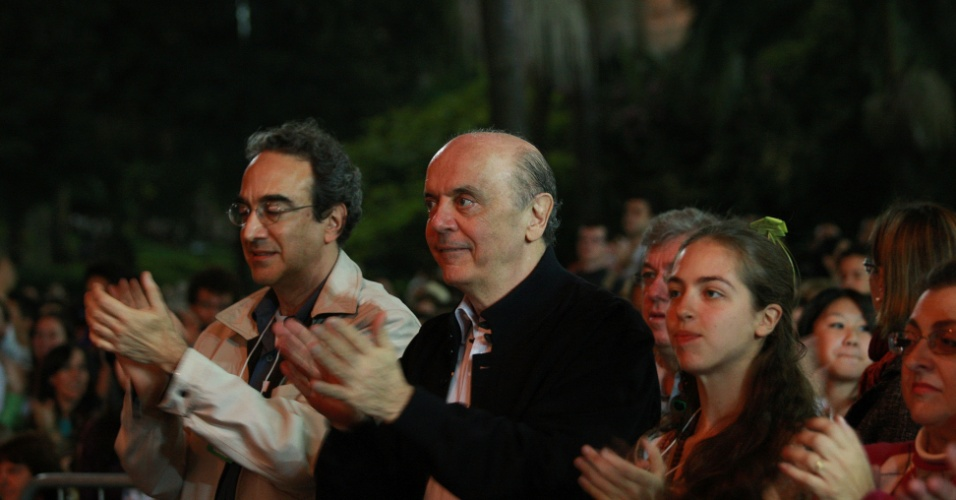 Pré-candidato do PSDB à Prefeitura de São Paulo, José Serra, na plateia do show, Cidade Incerto e nos Outros, do Balé da Cidade de São Paulo, na Virada Cultural, no Vale do Anhangabaú, centro da capital