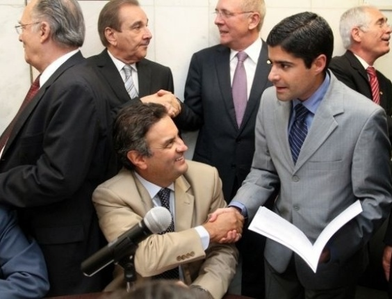 17.abr.2012 - ACM Neto (DEM), pré-candidato à Prefeitura de Salvador, cumprimenta o senador Aécio Neves (PSDB) durante coleta de assinaturas para a abertura da CPI do Cachoeira em Brasília