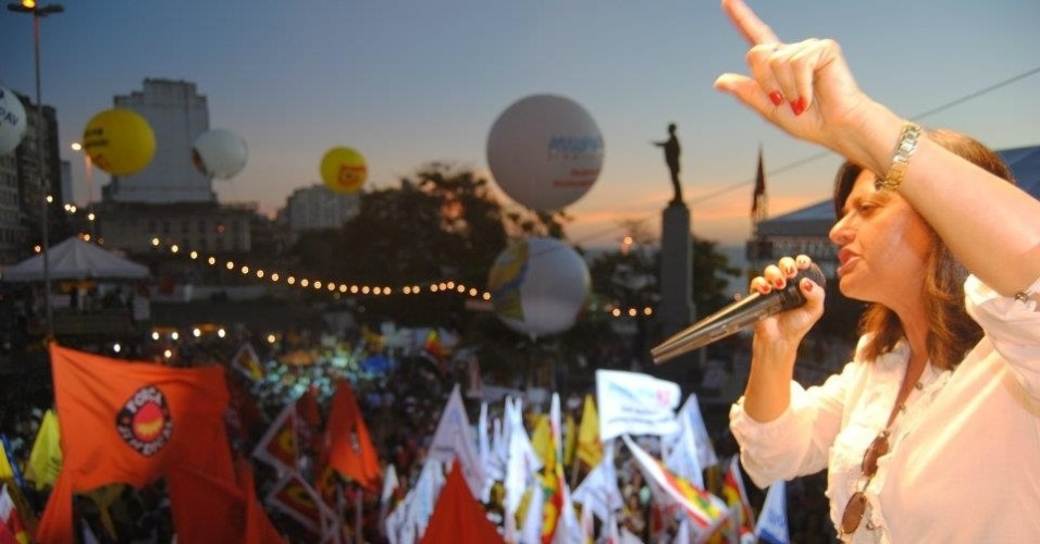 1.mai,2012 - A pré-candidata Alice Portugal (PC do B) discursa em palanque durante evento do feriado de 1º de maio. Ela minimizou a importância das primeiras pesquisas eleitorais, nas quais tem 4,8% das intencões de voto