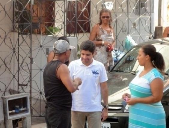 1.mai.2012 - ACM Neto (DEM), pré-candidato à Prefeitura de Salvador faz caminhada no bairro de Pernambués no Dia do Trabalho