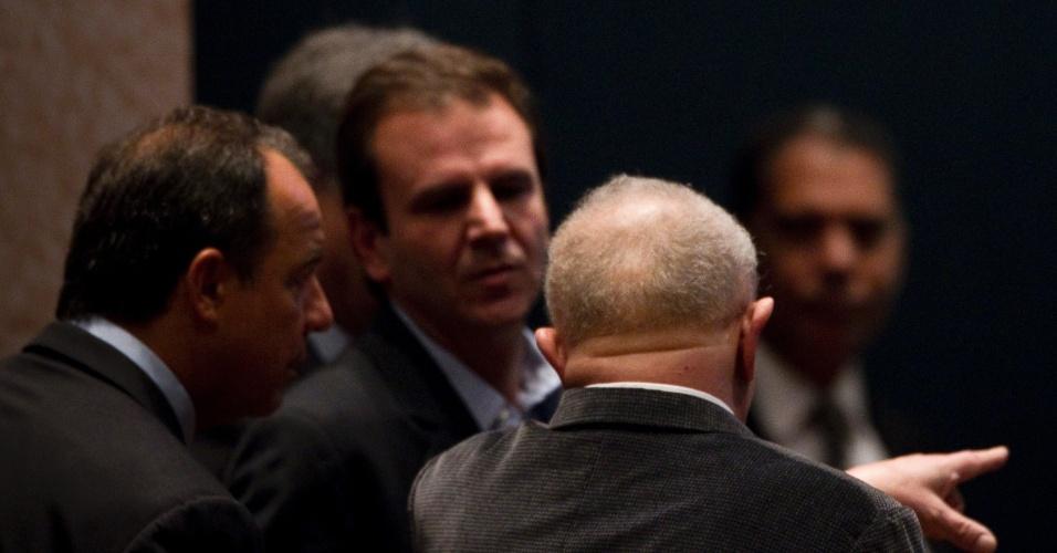 3.mai.2012 - Eduardo Paes conversa com o ex-presidente Lula e o governador do Rio de Janeiro Sérgio Cabral após evento no BNDES, na capital fluminense