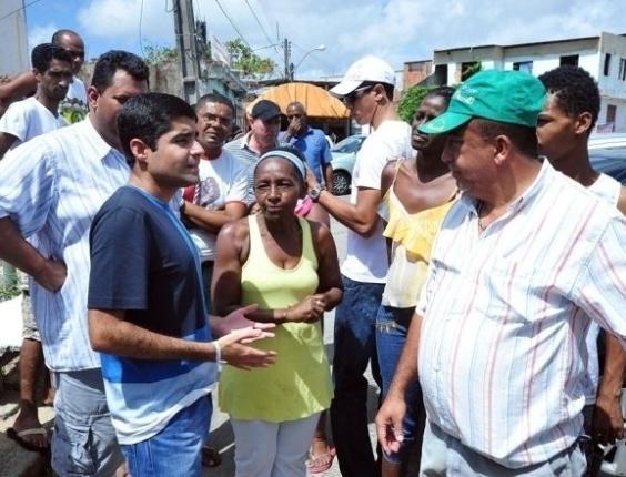 4.abr.2012 - O deputado federal e pré-candidato do DEM à Prefeitura de Salvador conversa com moradores do bairro de Cajazeiras, em Salvador