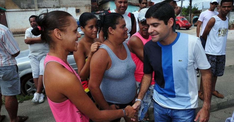 4.abr.2012 - O pré-candidato à Prefeitura de Salvador, ACM Neto (DEM) conversa com moradores do bairro Cajazeiras