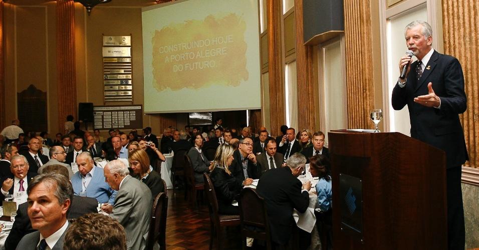 21.mar.2012 - O prefeito de Porto Alegre e candidato à reeleição, José Fortunati (PDT), discursa durante evento na capital gaúcha. Líder nas pesquisas, com 38% das intenções de voto,
