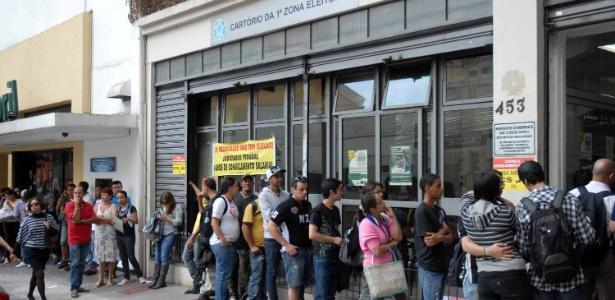 Eleitores fazem fila para votar nas eleições de 2012, na avenida Brigadeiro Luis Antonio, em São Paulo