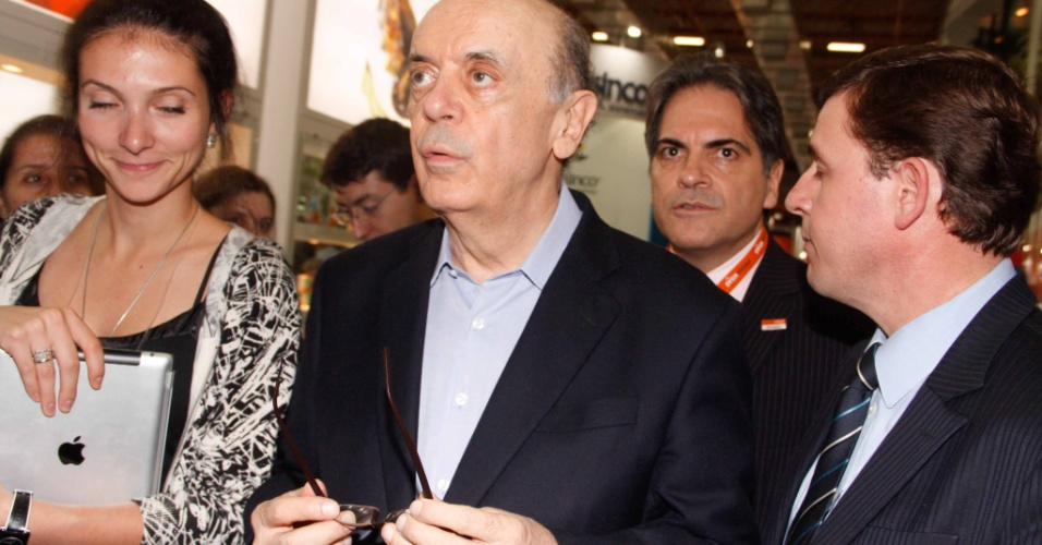 9.mai.2012 - O pré-candidato do PSDB à Prefeitura de São Paulo, José Serra, participa de feira da Associação Paulista de Supermercados, no Expo Center Norte, na capital paulista