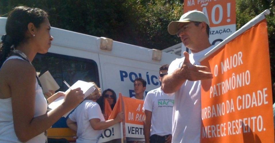 15.abr.2012 - Délio Malheiros, pré-candidato do PV à Prefeitura de Belo Horizonte, participa de panfletagem nas ruas da capital mineira