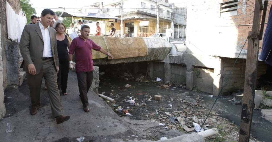 11.mai.2012 - Fernando Haddad, pré-candidato do PT à Prefeitura de São Paulo, conversa com moradores do Jardim Peri, na zona norte da capital