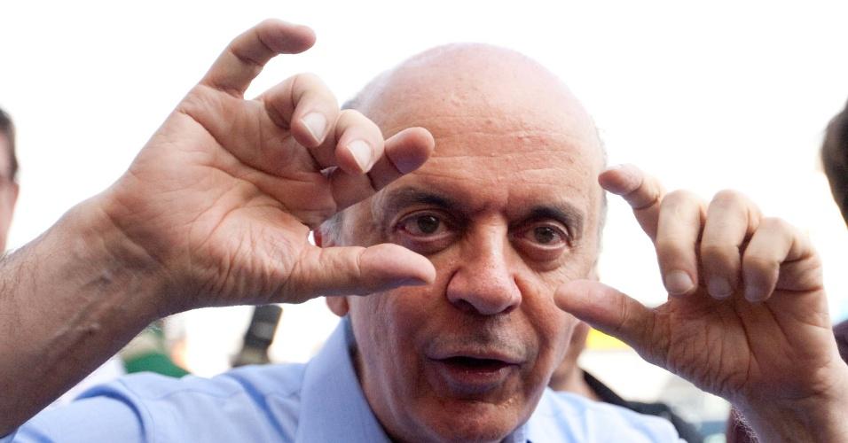 11.mai.2012 - O pré-candidato tucano à Prefeitura de São Paulo, José Serra, gesticula durante visita ao Mercado Municipal, nesta sexta-feira (11)